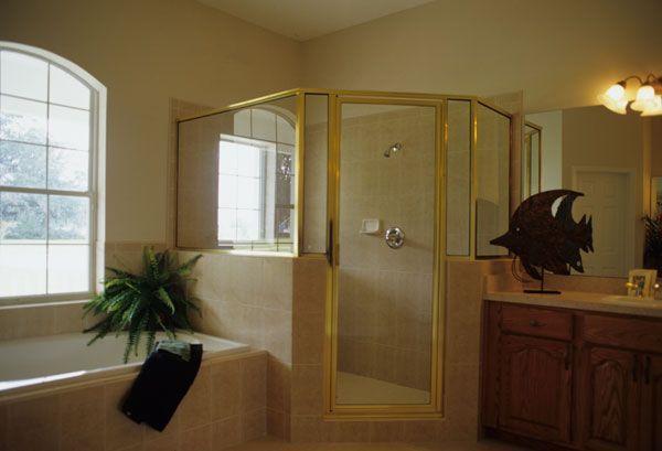 Хозяйская ванная с ванной и душевой кабиной