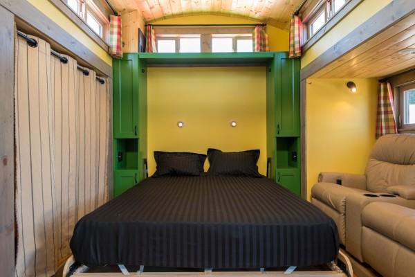 Полноценная двуспальная кровать.