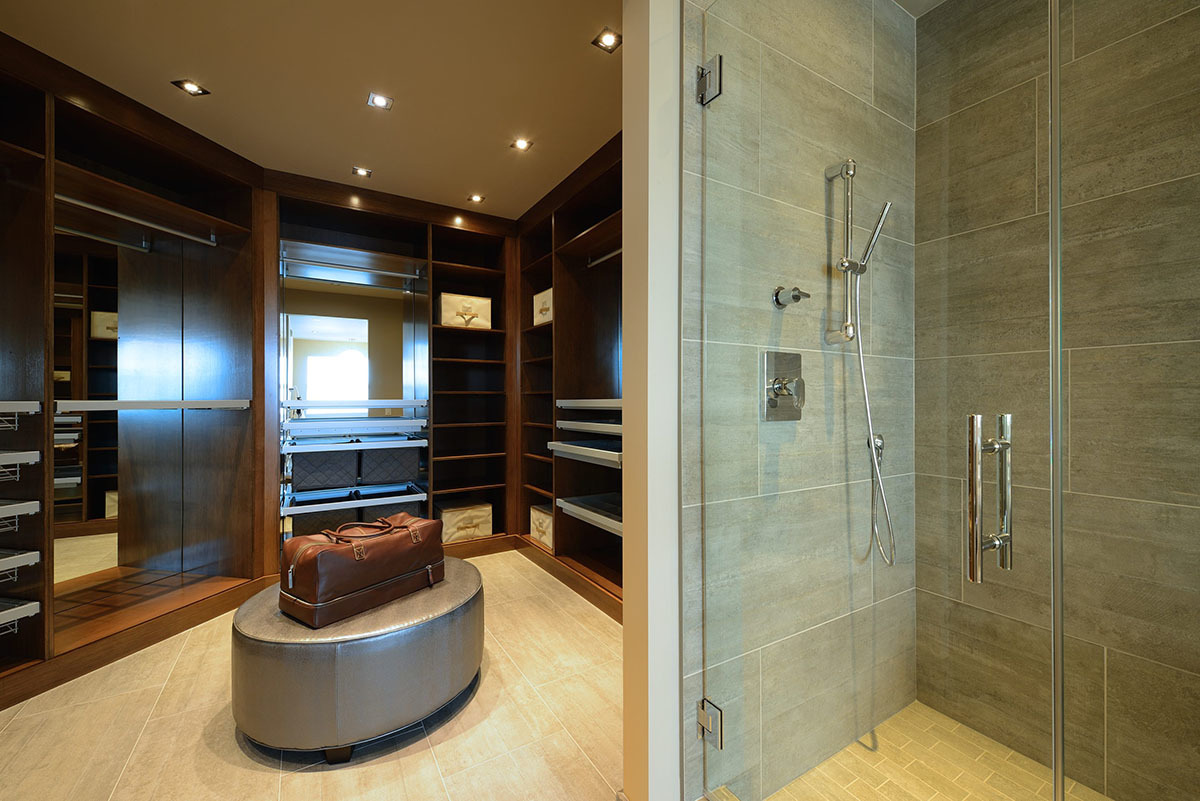 Гардеробная комната рядом с хозяйской ванной
