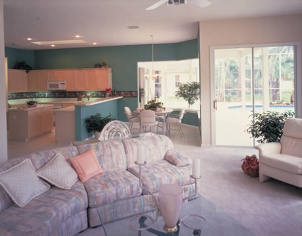 Этот популярный проект одноэтажного дома  площадью  до 250 кв.м с гаражом на 2 машины и с 4 спальнями подходит для постоянного проживания. В большой спальне есть ванная. Также сзади дома пристроена веранда..