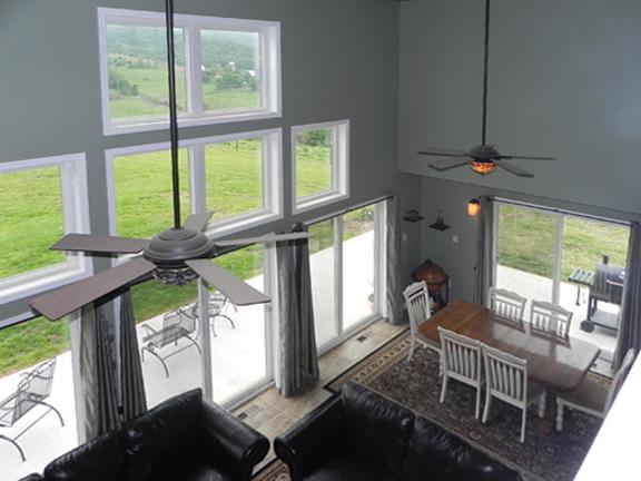 Вид на гостиную с мансарды План дома с ломанной крышей и башней