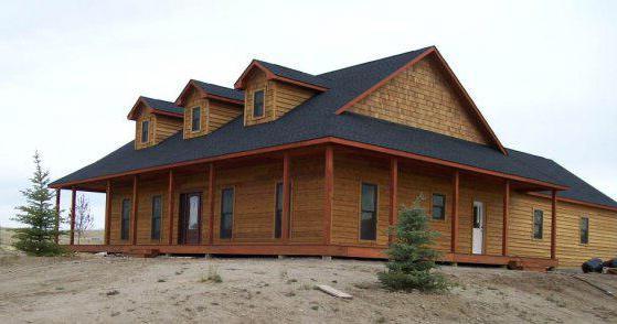 Удобный дом План 1-этажного дома Г-образной формы с большими верандами