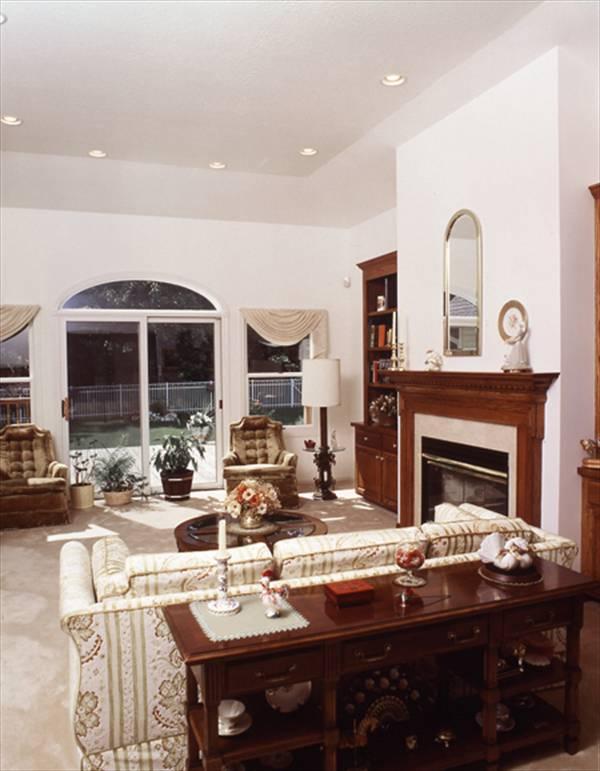 Гостиная с камином и арочным окном План 1-этажного дома 18x15 148 кв м