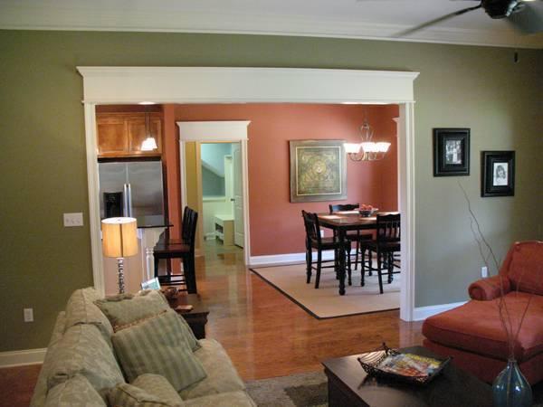 Отличный проект одноэтажного дома площадью  до 200 кв.м с гаражом на 2 машины и с 3 спальнями подходит для постоянного проживания. В большой спальне есть ванная. Также перед домом есть веранда..