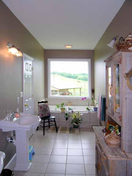 Узкая ванная с большим окном Проект дома с цокольным этажом и верандой
