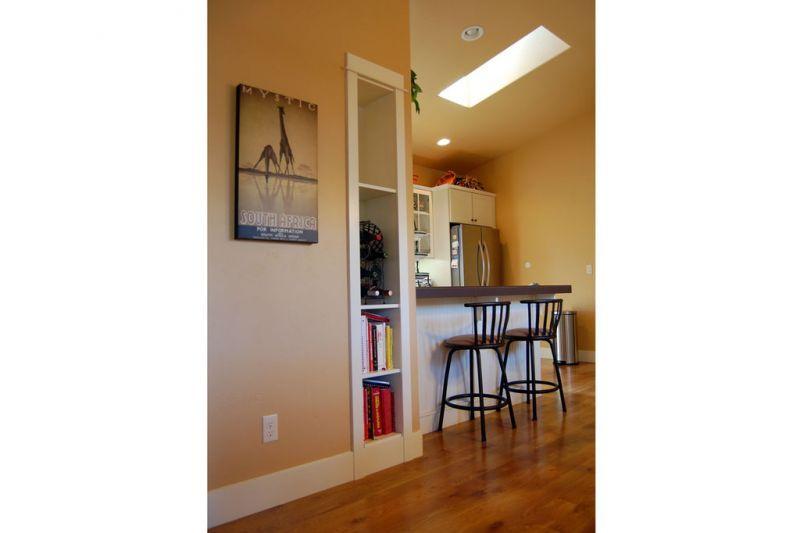 Барные стулья у высокого бара Проект красивого дома в современном стиле с двускатной крышей: план SS-7791-1-2
