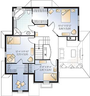 Этот привлекательный проект двухэтажного каркасного дома  11 на 12 метров площадью  до 200 кв.м с гаражом и с 3 спальнями подходит для постоянного проживания. В большой спальне есть ванная. Также перед домом есть веранда..