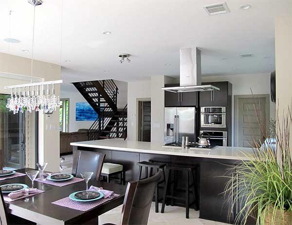 Кухня, отделена от столовой кухонным островом
