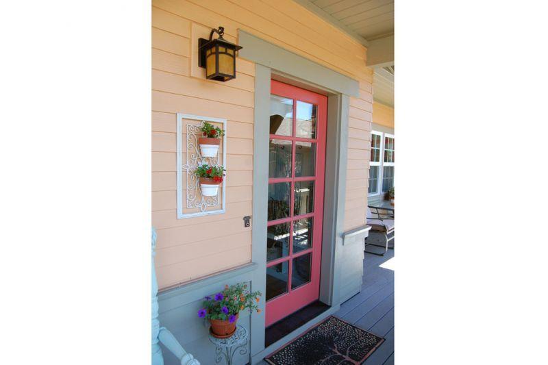 Розовая входная дверь на веранде Проект красивого дома в современном стиле с двускатной крышей: план SS-7791-1-2