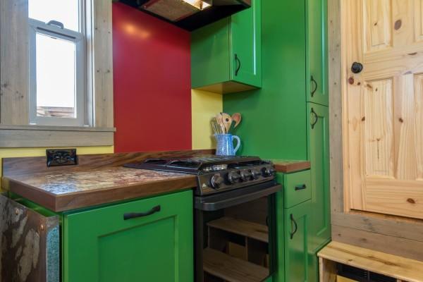 Кухня в развдижном доме на колесах.