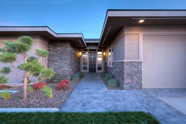 Этот симпатичный проект одноэтажного дома в современном стиле площадью  до 250 кв.м с большим гаражом и с 3 спальнями подходит для постоянного проживания. Также перед домом есть веранда..