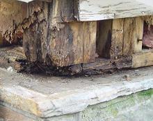 Разрушенный сыростью угол дома, построенного на монолитной плите