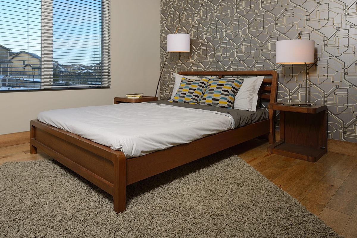 Спальня с обоями на одной стене