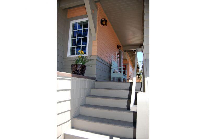 Ступени ведут на варанду, где находится вход в дом Проект красивого дома в современном стиле с двускатной крышей: план SS-7791-1-2