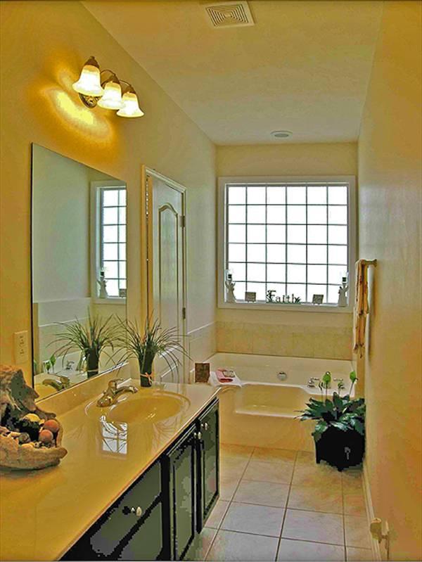 Ванна со ступенькой у окна Проект дома с цокольным этажом и верандой