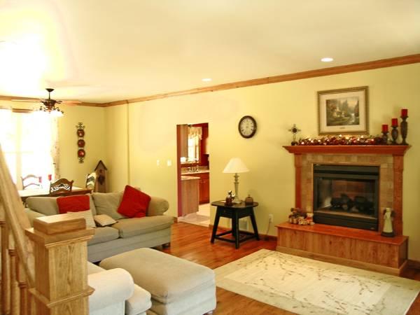 Традиционная гостиная с камином План 2-этажного дома 20x13 181 кв м
