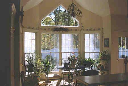 Цветник у окна гостиной с треугольным окном второго света План 2-этажного дома 19x16 239 кв м