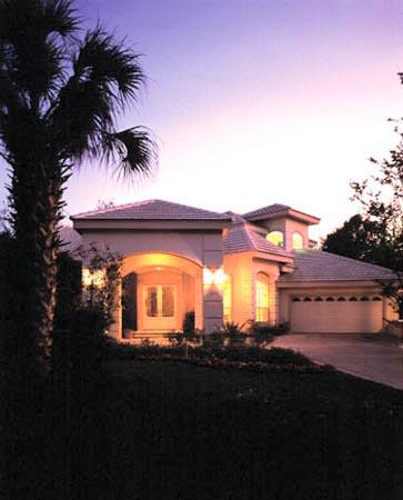 Проект двухэтажного каркасного дома с оштукатуренным фасадом с террасой, лоджией, гаражом на 2 машины и с 4 спальнями. Сзади дома бассейн покрыт крышей из поликарбоната.