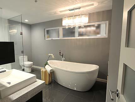 Современная серая ванная комната с отдельно стоящей овальной ванной Проект 2-этажного дома 9 на 11 в современном стиле с террасой и наружной лестницей на 2 этаж
